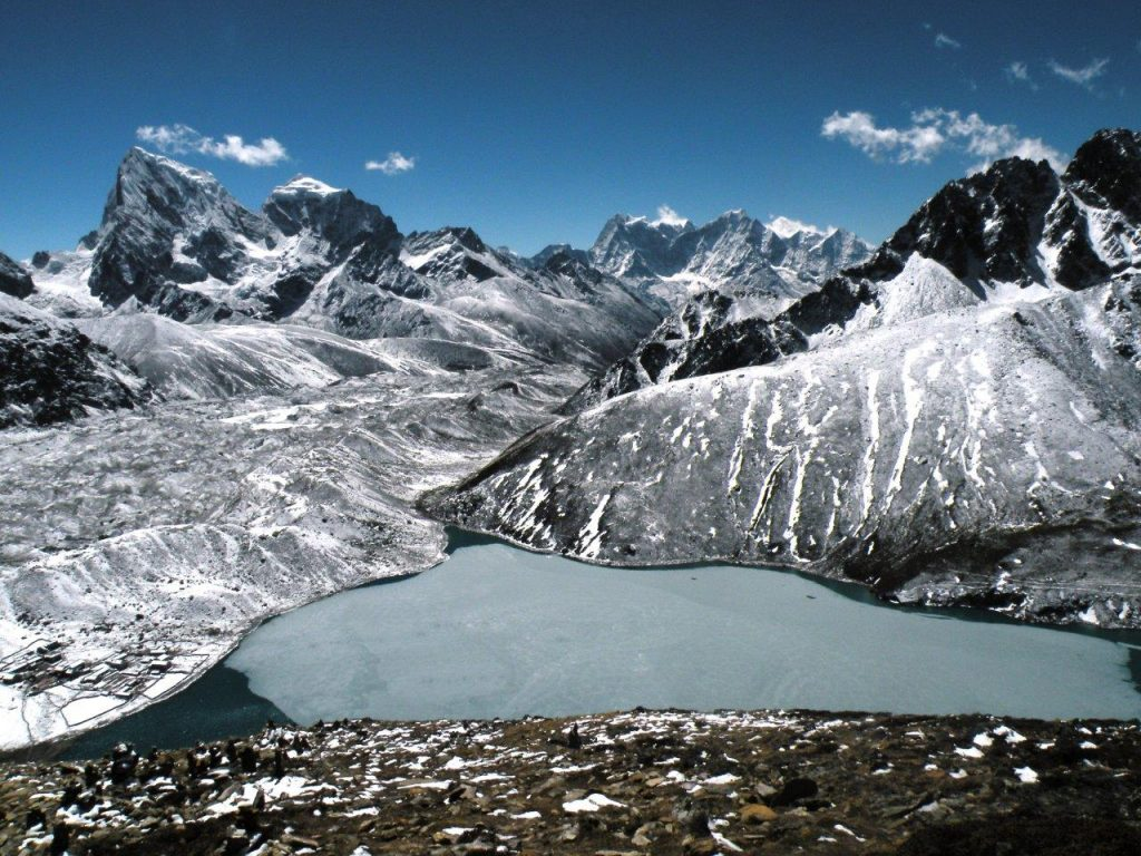 Vista do topo de Gokyo Ri, no Nepal.