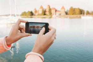 Veja como compartilhar sua viagem nas redes sociais sem exageros